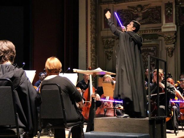 Maestro regeu orquestra com batuta decorada com luzes de LED (Foto: Jamile Alves/G1 AM)