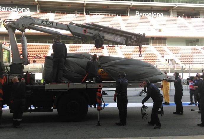 Sauber de Marcus Ericsson é levada de volta aos boxes na pré-temporada de Barcelona (Foto: Divulgação)