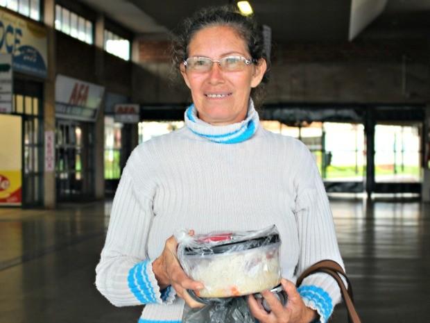 Ex-moradora de rua espera filha na prova da OAB em MS (Foto: Gabriela Pavão/ G1 MS)