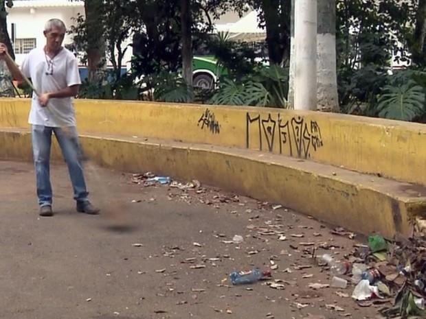 Moradores de Pouso Alegre (MG) reclamam de abandono na praça João Pinheiro (Foto: Reprodução EPTV)