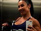 Scheila Carvalho exibe barriga trincada em selfie após academia