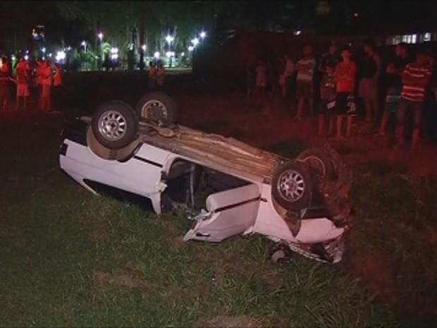 Motorista tentou manobra irregular, sofreu colisão e capotou (Foto: Reprodução / TV TEM)