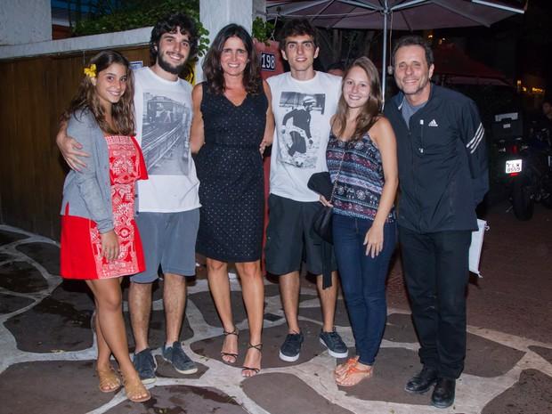 Malu Mader e Tony Bellotto com os filhos, Tony e João, em restaurante em São Paulo (Foto: Manuela Scarpa/ Brazil News)