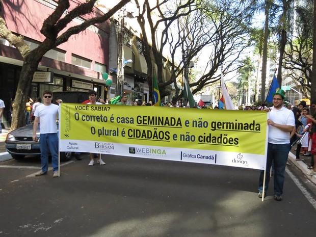 Palavras usadas de forma errada constantemente são corrigidas nas faixas espalhas pela cidade (Foto: Sinal do Saber/Divulgação)