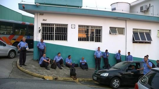 Com salários atrasados, motoristas de ônibus fazem paralisação em Itu