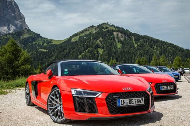 Reunido com seus pares, o Audi R8 Spyder chamou a atenção de entusiastas nos Alpes (Foto: Divulgação)