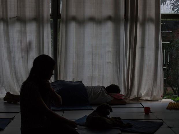 Estudantes dormem em sala de aula da Escola Estadual Caetano de Campos (Foto: Victor Moriyama/G1)