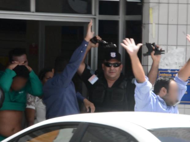 Suspeitos de assalto a agência dos Correios de Cruz das Armas, em João Pessoa, se entregam e reféns são liberados (Foto: Reprodução/TV Cabo Branco)