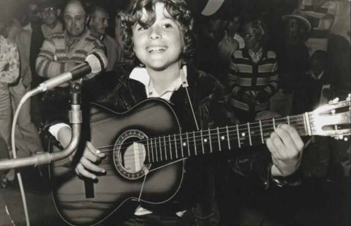 Daniel mostra fotografia de quando começou a cantar (Foto: Reprodução)