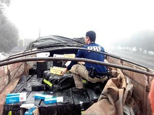 O caminhão e os cigarros foram levados para a Receita Federal de Cascavel  (Foto: PRF/Divulgação)