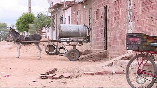 Costureira está sem abastecimento há 3 meses e usa água de poço em PE