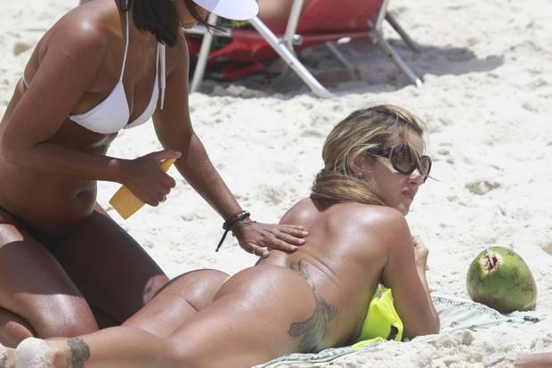 Furacão da CPI, Denise Rocha, na praia da Barra da Tijuca - RJ (Foto: Dilson Silva / Agnews)