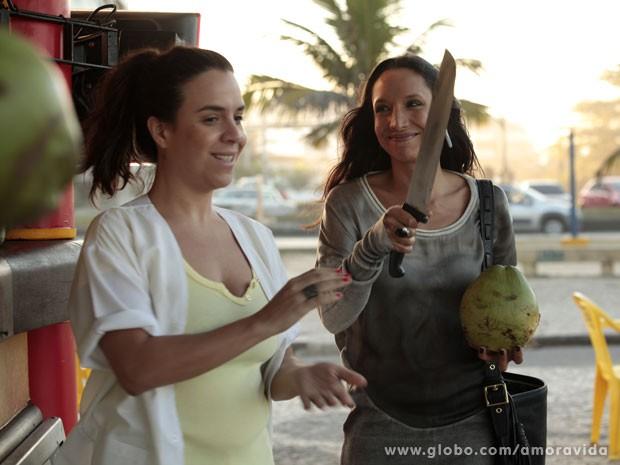 Maria Maya se diverte com a cena (Foto: Amor à Vida/ TV Globo)