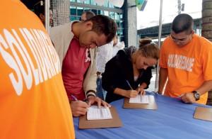 AZEITADOS Militantes coletam assinaturas. No Solidariedade, a máquina sindical funcionou (Foto: Evandro Monteiro/Valor/Folhapress)