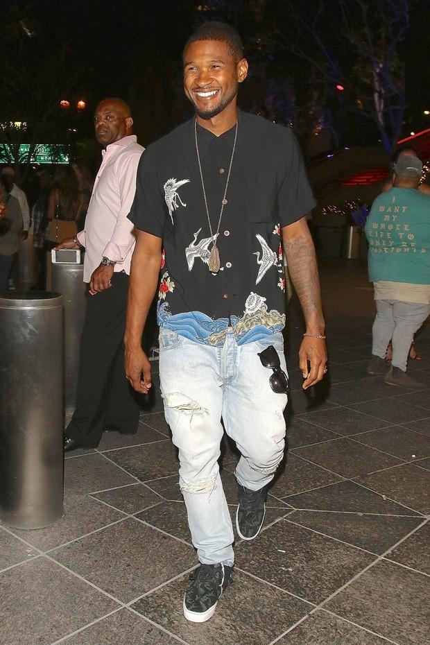 A camisa curta de Usher (Foto: AKM-GSI)
