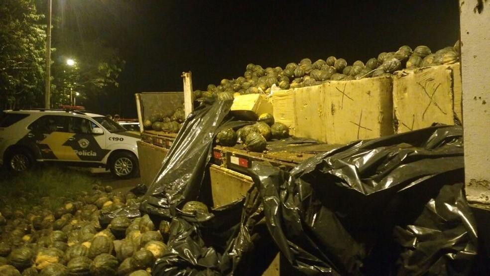 Polícia encontra 1,3 tonelada de maconha escondida em caminhão de abóboras em Ourinhos (Foto: Polícia Rodoviária/Divulgação)