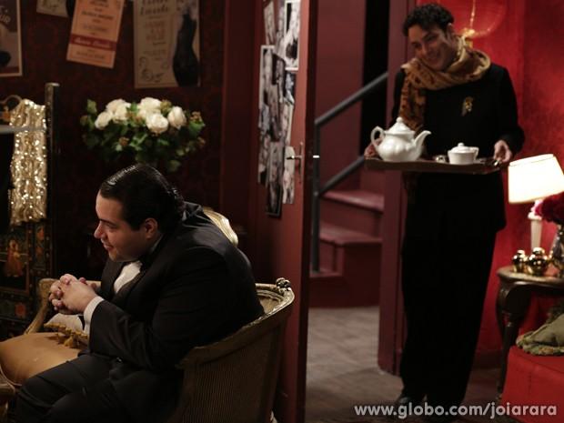 Fingido, Joel se faz de amigo e oferece chá para Odilon (Foto: Fábio Rocha/TV Globo)