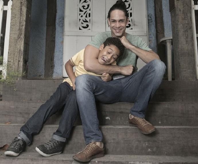 Rainer Cadete em bastidores com o filho  (Foto: Inácio Moraes/Gshow)