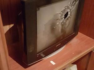 Disparos foram efetuados contra paredes e televisores (Foto: Divulgação/Polícia Civil)
