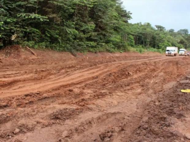 Atoleiros em BR-210 duplicaram tempo de viagem para Pedra Branca do Amapari (Foto: Reprodução/TV Amapá)