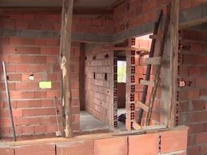 Voluntários se unem para construir casas em Jacareí, SP (Foto: Reprodução/TV Vanguarda/Arquivo)
