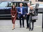 Kate Middleton usa vestido vermelho e verde de R$1,6 mil em festa natalina