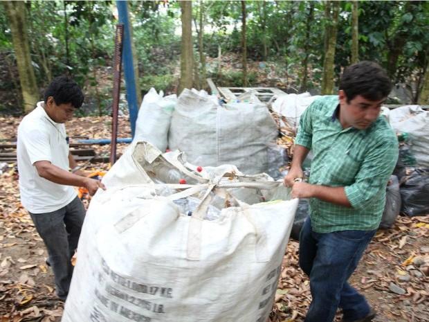 Rulian Holanda fazendo coleta das garrafas PETs (Foto: Divulgação/ Ilha PET)