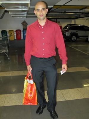 Empresário passou a usar sacolas reutilizáveis para transportar as compras (Foto: Marcelo Mora / G1)