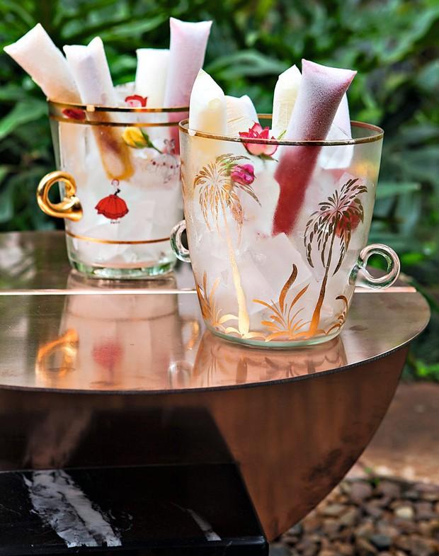 O welcome drink na mesa de Guilherme Wentz: geladinhos de caipirinha, nos baldes da Loja Teo. O cardápio do dia foi assinado pelo chef Henrique Morbidelli (Foto: Lufe Gomes / Editora Globo)