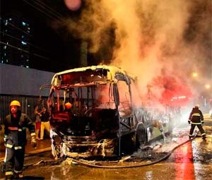 Ônibus incendiado na Av. Bernardo Vieira (Foto: Canindé Soares/Cedida)