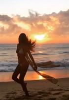 Izabel Goulart faz dança para o sol e comemora novo ano