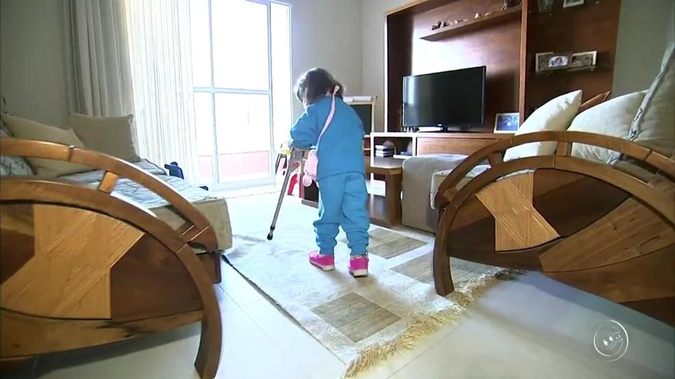 Menina de 3 anos que anda com muletas e órtese supera prova de corrida de 35m em Itatiba (Foto: TV TEM/Reprodução)