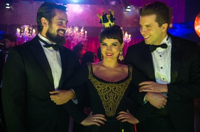 Bianca Bin entre Rafael Cardoso e Thiago Fragoso em 'O outro lado do paraíso' (Foto: Raquel Cunha/TV Globo)
