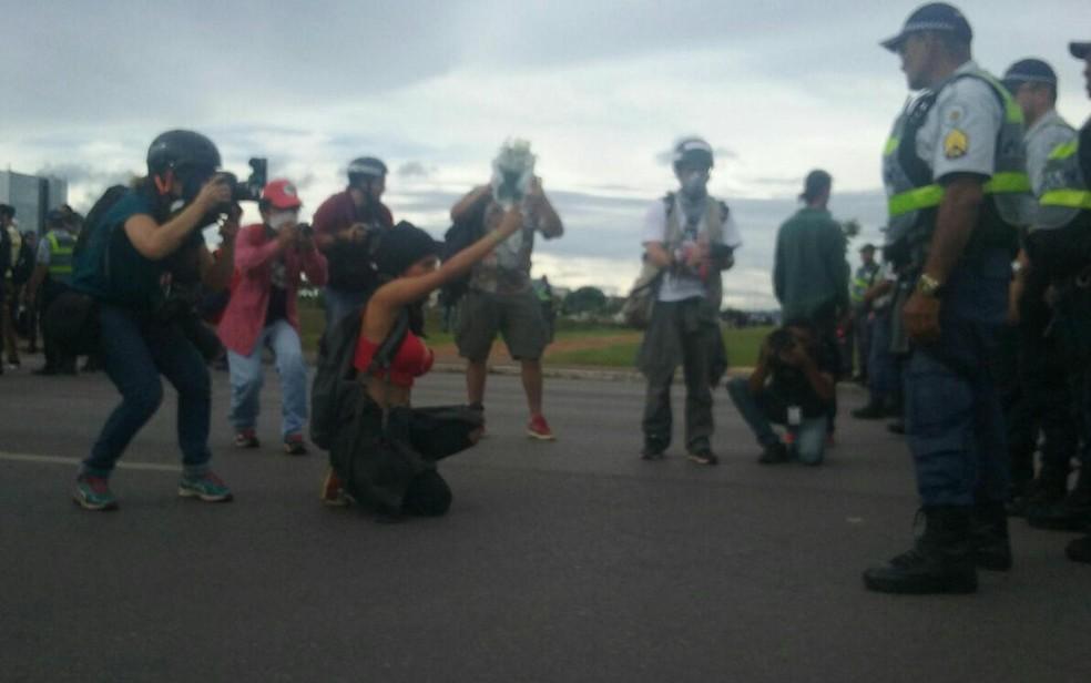 Manifestantes se posicionam em frente ao cordão de isolamento da PM na Esplanada, em Brasília, em ato contra PEC do teto de gastos (Foto: Gustavo Aguiar/G1)