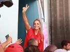 Ivete Sangalo é ovacionada em sua volta à Bahia após desfile no Rio