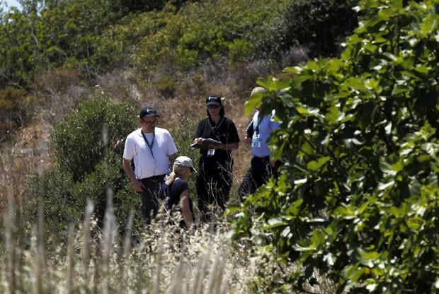 Policiais portugueses e inspetores da Scotland Yard trabalham em perímetro de segurança delimitado para buscas sobre o desaparecimento da menina Madeleine McCann nesta segunda-feira (2) (Foto: Francisco Seco/AP)