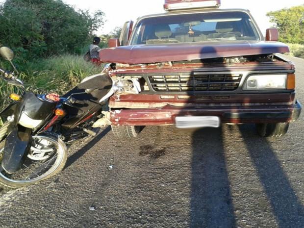 Moto ficou presa na caminhonete e motociclista foi arrastado por cerca de 20 metros (Foto: blogbraga / Repórter Edivaldo Braga)