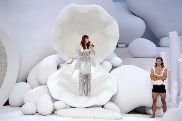 Florence Welch se apresentou dentro de uma concha gigante no desfile de primavera-verão 2012 da Chanel (Foto: Getty Images)