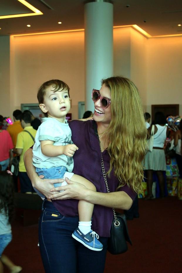 Alinne Moraes com o filho (Foto: AgNews)