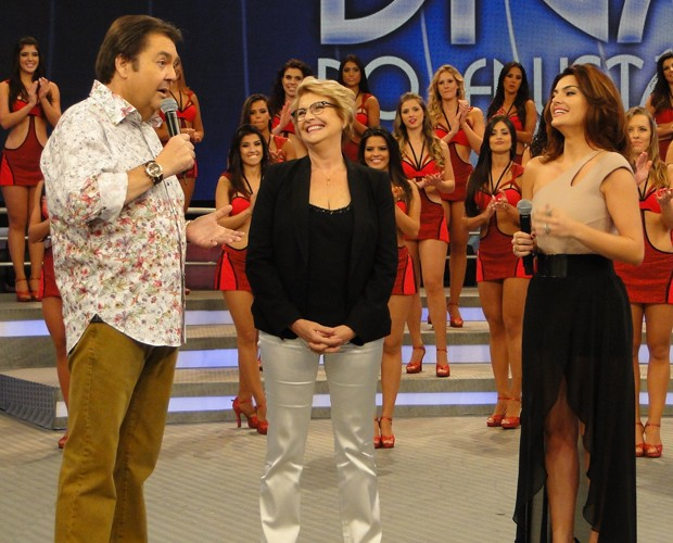 Mayana, Betty e Faustão conversam no palco (Foto: Domingão do Faustão / TV Globo)