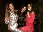 Thaila Ayala tira onda e se diverte com amigas em festa do Oscar