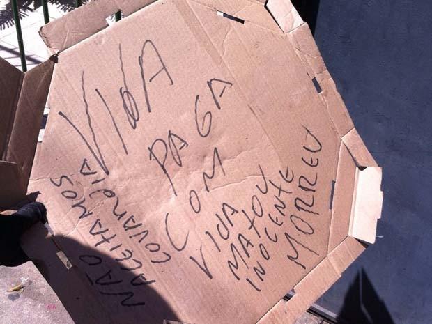 Ao lado dos corpos dentro do carro, polícia encontrou um bilhete (Foto: Divulgação/Polícia Civil)