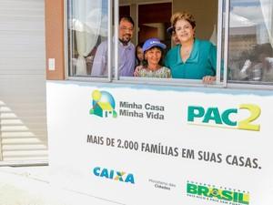 Presidente Dilma visitando os apartamentos do Conjunto Habitacional Macapaba (Foto: Blogplanalto)