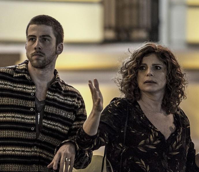 Elisa e Téo presenciaram atropelamento de longe (Foto: Gabriel Nascimento/Gshow)
