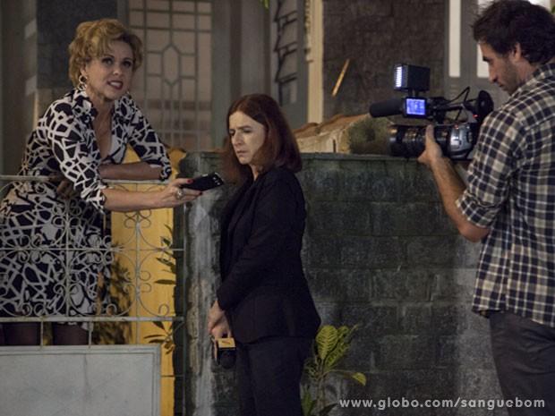 Bárbara Ellen mostra vídeo de Vivian e dá aquela lição em Sueli Pedrosa (Foto: Sangue Bom / TV Globo)