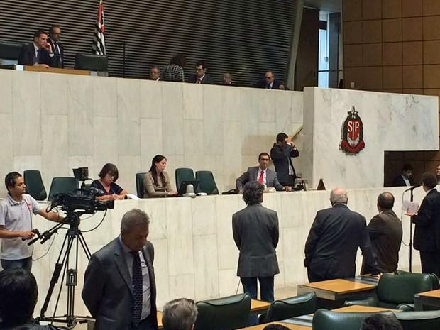 O presidente da Alesp, Fernando Capez (no alto, à esquerda) acompanha sessão para protocolar instauração de CPI da Merenda (Foto: Livia Machado/G1)