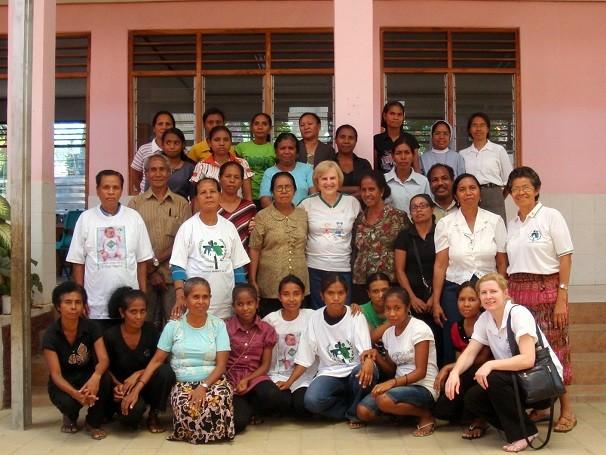Dra. Zilda Arns e equipe da Pastoral da Criança no Timor Leste (Foto: Divulgação/ Pastoral da Criança)
