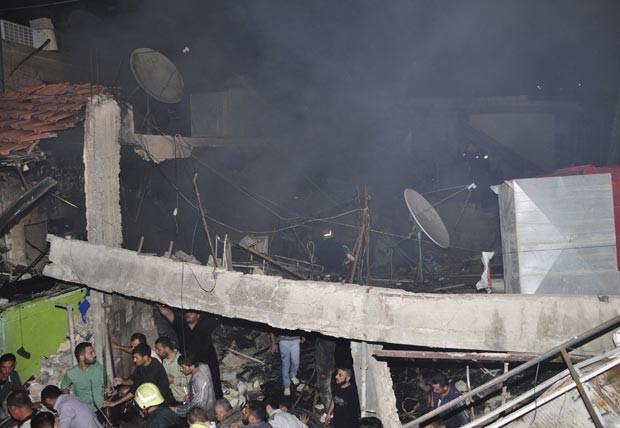 Local da explosão desta terça-feira (6) em subúrbio de Damasco, capital da Síria (Foto: AP)