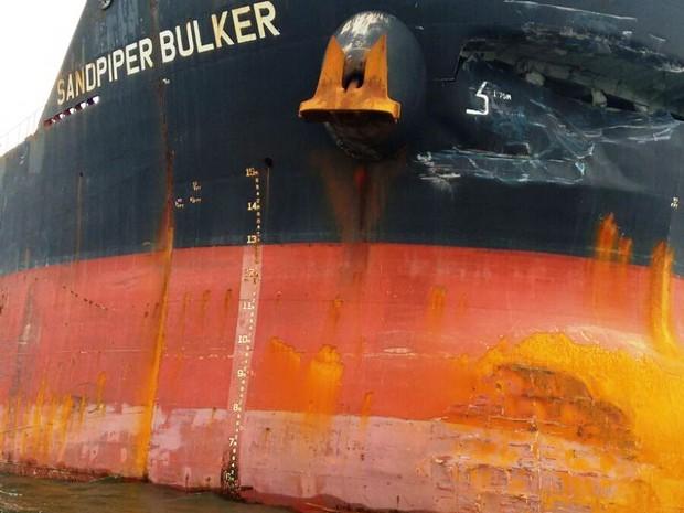 Colisão deixou navio amassado em Santos, SP (Foto: Bruno Nunes / G1)
