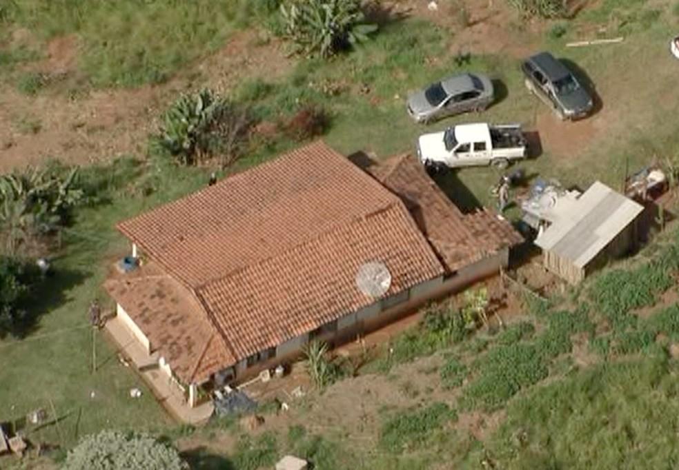 Casal de idosos é feito refém durante assalto em casa na zona rural de Santa Branca (Foto: Reprodução/ TV Vanguarda)